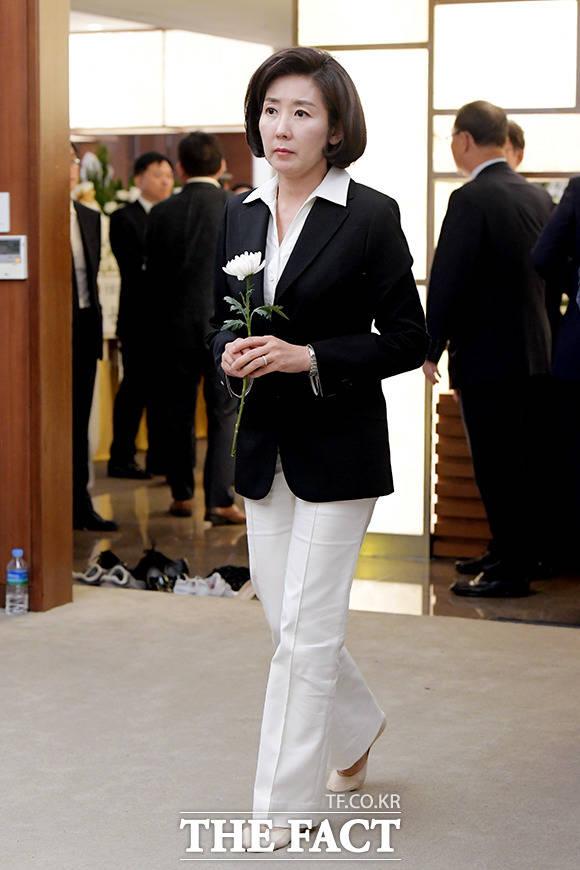 나경원 자유한국당 원내대표가 17일 오후 서울 서대문구 신촌 세브란스병원 장례식장에 마련된 고 정두언 전 의원 빈소를 찾아 조문하고 있다. /이선화 기자