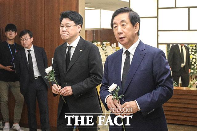 장제원 자유한국당 의원(왼쪽)과 김성태 자유한국당 의원이 17일 오후 서울 서대문구 신촌 세브란스병원 장례식장에 마련된 고 정두언 전 의원 빈소를 찾아 조문하고 있다. /이선화 기자