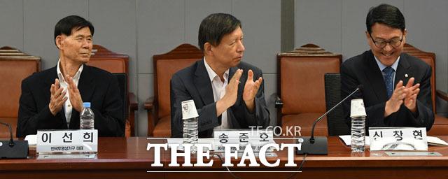 박수치는 이선희 한국투명성기구 대표, 송준호 흥사단 투명사회운동본부 상임대표, 신창현 더불어민주당 의원(왼쪽부터)