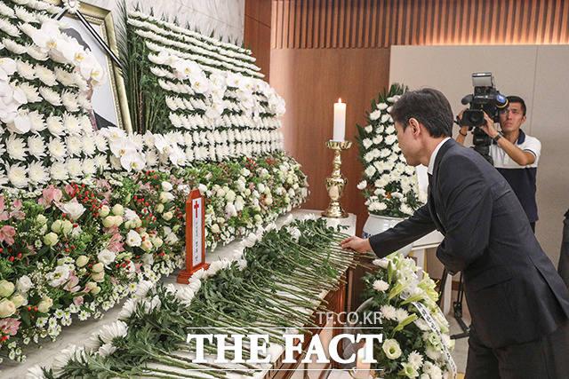 하태경 바른미래당 의원이 17일 오후 서울 서대문구 신촌 세브란스병원 장례식장에 마련된 고 정두언 전 의원 빈소를 찾아 조문하고 있다. /이선화 기자
