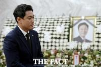 [TF포토] 고 정두언 전 의원 빈소 조문하는 오신환 원내대표