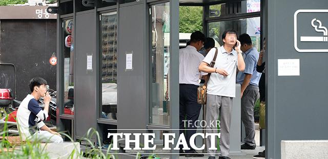 업계는 일본제품 불매 운동이 종료된 후에도 일본산 담배 판매율에 영향이 있을 것으로 내다봤다.  사진은 서울 중구 명동거리 흡연부스의 모습으로 기사의 특정 사실과 무관함./더팩트 DB