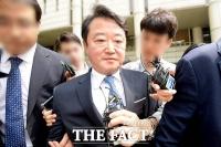 [TF현장] 입 '꾹' 다문 이웅열 전 코오롱 회장 …1심 벌금 3억 원 선고