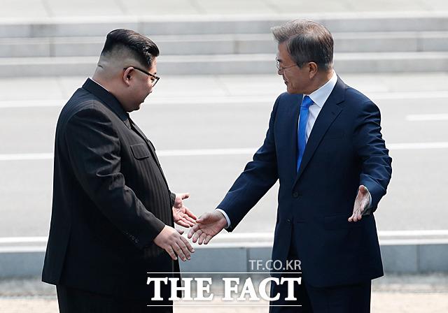 동북아 질서가 한반도 평화로 인해 변화하고 있다. 그리고 이 정세변화가 일본을 불안하게 했을 가능성이 있다. 지난해 4월 27일 문재인 대통령과 김정은 북한 국무위원장이 판문점에서 만나 서로 길을 안내하는 모습. /한국공동사진기자단