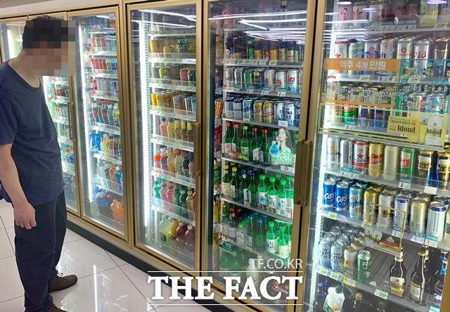 편의점 일본맥주 판매량이 지난달에 비해 최대 40%까지 감소했다. 19일 서울 중구에 위치한 편의점에서 손님이 맥주가 진열된 음료냉장고를 들여다 보고 있다. /중구=이민주 기자
