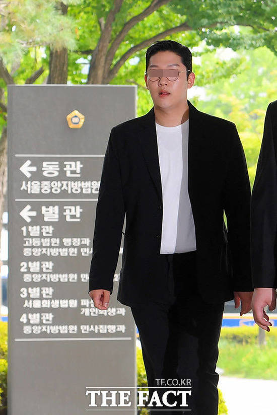 성폭력범죄 처벌 등에 관한 특례법 위반, 상해, 협박 및 강요 혐의를 받고 있는 구하라 전 남자친구 최종범이 18일 오후 서울 서초구 서울중앙지방법원에 출석하고 있다. /이선화 기자