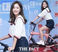 [TF포토] '보기만 해도 설레!'…자전거 탄 조보아