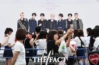 [TF이슈] 한국 ARMY들 뿔났다...BTS 일본 팬클럽 '우대 운영'에 '반발'