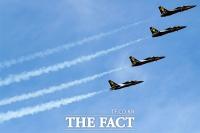 [TF포토] '하늘에서 위풍당당!', 블랙이글스의 곡예비행