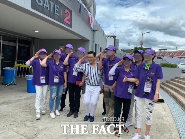 팬들과 사진 촬영 중인 MC딩동. /문수연 기자