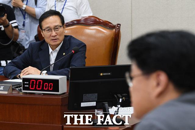 장제원 의원과 대화 나누는 홍 위원장