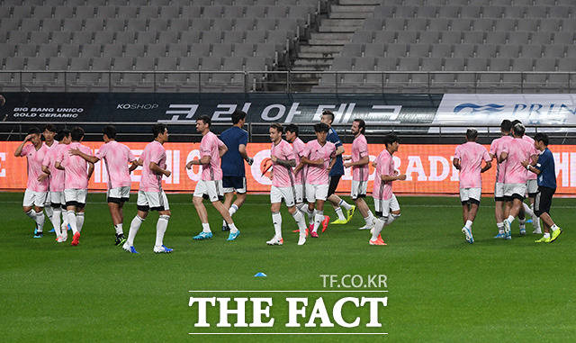유벤투스와의 경기를 하루 앞두고 공식 훈련에 참여해 몸을 푸는 팀 K리그 선수들