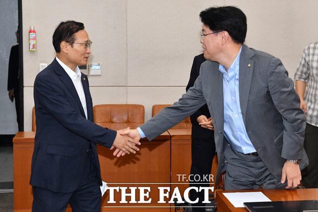 홍영표 국회 정치개혁특별위원회 위원장(왼쪽)과 장제원 의원이 악수를 나누고 있다.