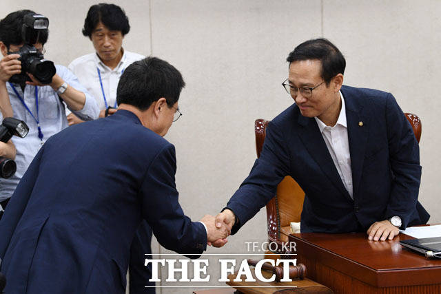 김태흠 자유한국당 의원(왼쪽)과 악수하는 홍영표 위원장