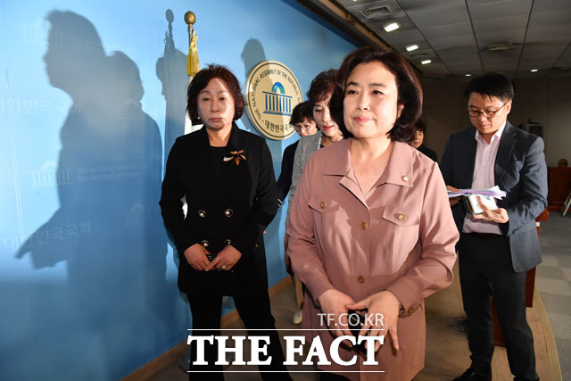 25일 박순자 의원은 지역 지지자들과 함께 기자회견장에 섰다. /남윤호 기자