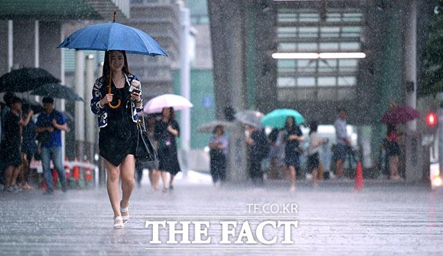 장마전선의 영향으로 서울에 올해 처음 호우경보가 발효된 26일 오전 서울 마포구 성암로에서 시민들이 우산을 쓰고 빗길을 걷고 있다. /이덕인 기자