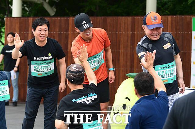 참가자들을 격려하는 최인혁 네이버 해피빈재단 대표와 가수 션, 윤홍근 BBQ회장(윗줄 왼쪽부터)