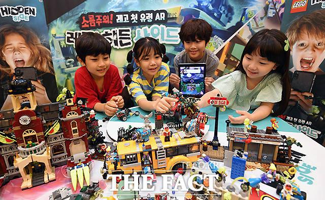 레고코리아(LEGO Korea)가 유령 테마의 레고 세트에 스마트폰 및 태블릿PC 등 모바일 디바이스를 활용한 증강현실 게임 기술을 접목시킨 '레고 히든 사이드(LEGO Hidden Side)' 시리즈를 출시한 가운데, 31일 오전 서울 광화문 스페이스 라온에서 열린 체험 행사에서 아이들이 제품을 살펴보고 있다. /이새롬 기자