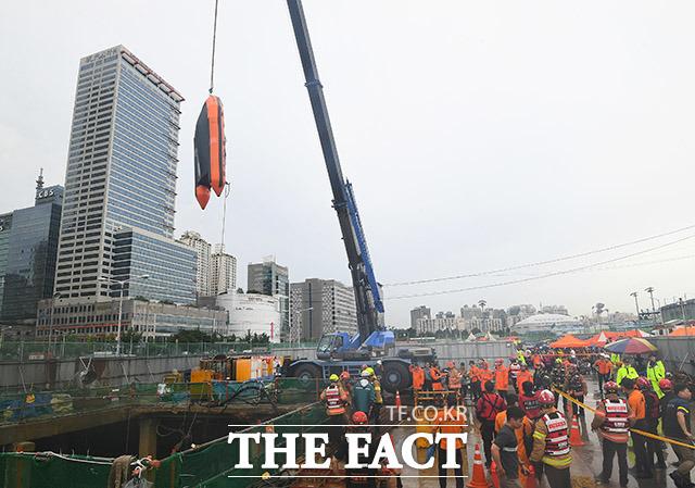 중부지방에 호우주의보가 내린 31일 오전 서울 양천구 목동 빗물펌프장에서 근로자 3명이 고립돼 구조대원들이 구조작업을 펼치고 있다. /이동률 기자