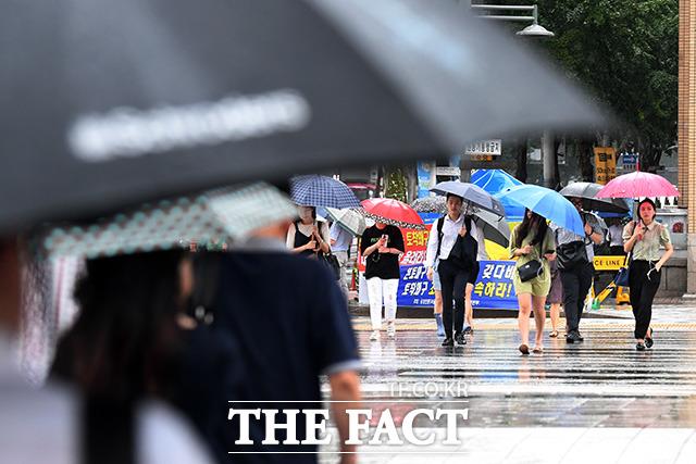 출근길 펼쳐진 뜻밖의 우산 패션쇼