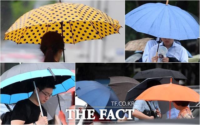 서울을 비롯해 수도권 지역에 호우주의보가 내린 31일 오전 서울 종로구 광화문 네거리에서 시민들이 우산을 쓴 채 발걸음을 제촉하고 있다. /남용희·이동률 기자