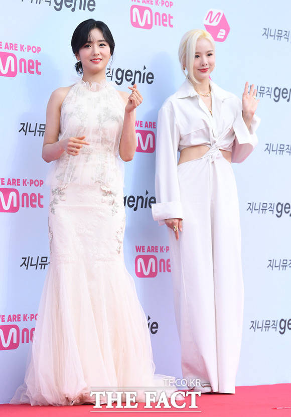 가수 윤보미(왼쪽)와 솔지