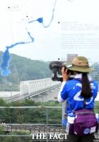 [TF포토] '반복되는 위협' 북쪽 바라보는 관광객