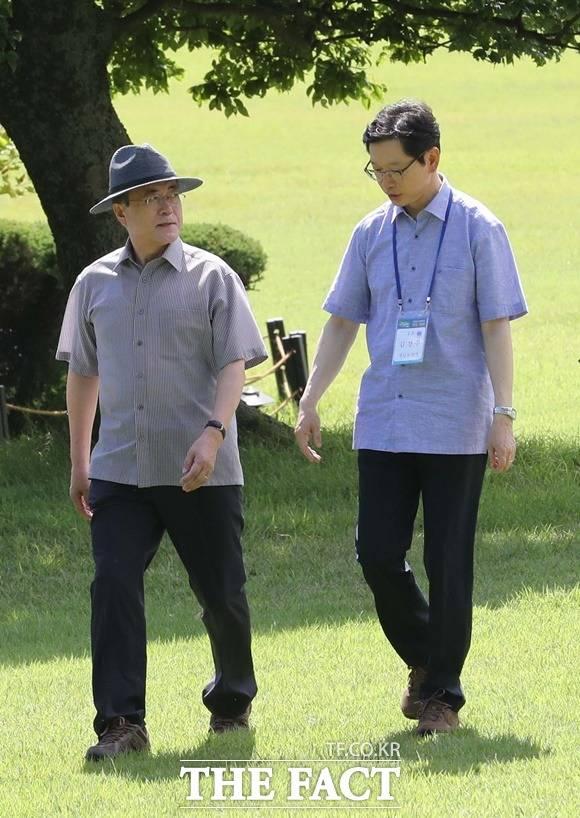 문재인 대통령은 지난달 30일 경남 거제시에 위치한 대통령 별장지 저도를 방문, 김경수 경남도지사를 만나 산책을 하며 이야기를 나누고 있다. /거제=뉴시스