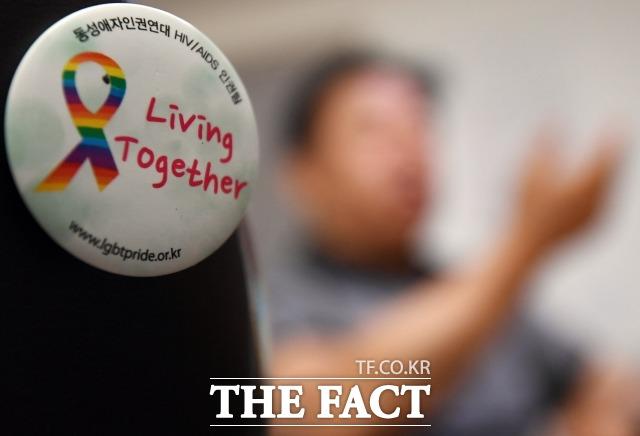 HIV/에이즈 감염인 3명이 7월 30일 <더팩트>와 인터뷰를 하는 가운데, 감염인의 인권 보호를 촉구하는 자석이 인터뷰 장소 벽에 부착돼 있다. /이새롬 기자