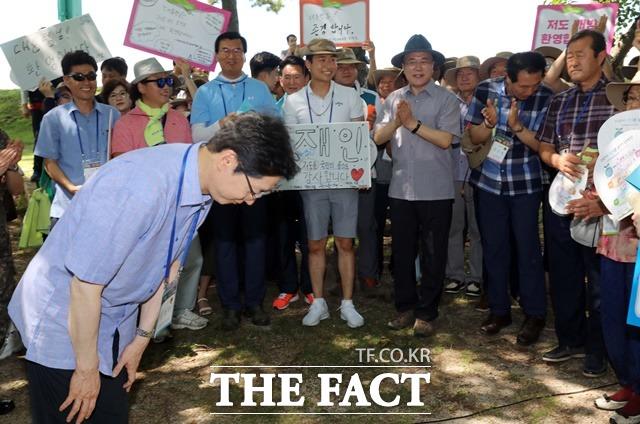 지난달 30일 경남 거제시에 위치한 대통령 별장지 저도를 국민탐방단과 함께 방문한 가운데 김경수 경남지사가 참석자들에 인사하는 모습을 보고 있다. /거제=뉴시스