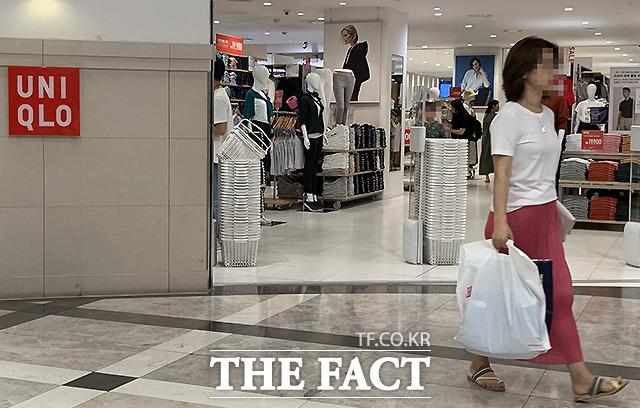 한 여성이 제품을 구매한 뒤 매장을 나서고 있다. 이날 총 1160여명의 사람들이 매장을 찾았고, 204명이 제품을 구매했다./김세정 기자