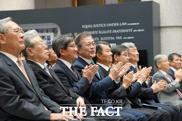 김명수 대법원장(왼쪽 세번째)과 문재인 대통령이 지난해 9월 13일 대법원청사에서 열린 대한민국 사법부 70주년 기념식에서 박수를 치고 있다./대법원 제공