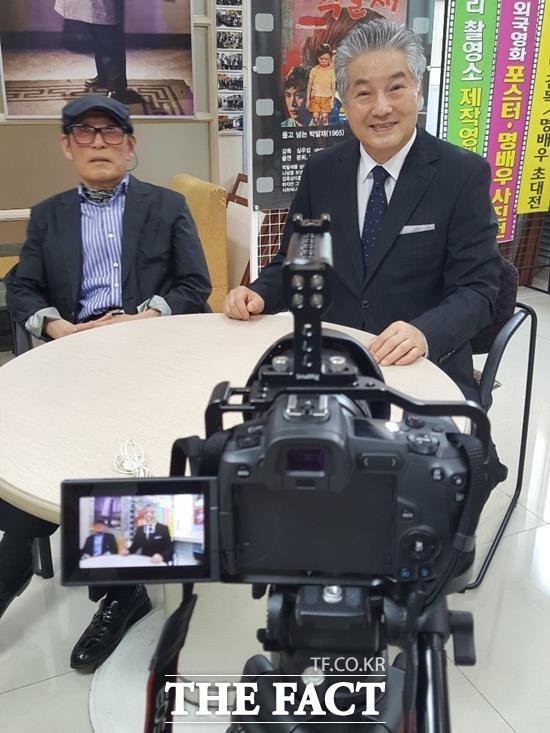 한지일은 한국영화감독 100인이 만든 100초 단편영화 100편 프로젝트의 일환으로 서윤모 감독의 영화 그들의 이름은 영화인에 출연했다. 왼쪽은 고응호 감독. /한지일 제공, 더팩트 DB
