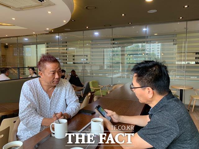 지난달 7일 원자력병원 휴게실에서 <더팩트>기자와 만난 김철민(왼쪽)은 삶과 죽음 모두 운명으로 담담히 받아들이고 싶은데 시간이 흐를수록 두렵고 무섭다고 말했다. /강일홍 기자