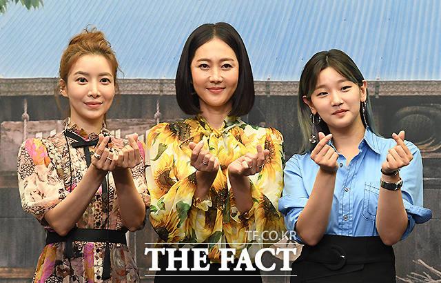 배우 윤세아와 염정아,박소담(왼쪽부터)이 8일 오후 서울 마포구 상암동 스탠포드호텔에서 열린 tvN 삼시세끼 산촌편 제작발표회에 참석해 포즈를 취하고 있다. /이새롬 기자