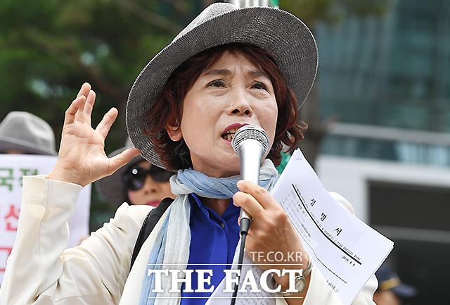 아베 총리에게 사죄한다는 발언으로 논란이 된 주옥순 엄마부대 대표가 8일 오전 서울 종로구 평화의소녀상 앞에서 기자회견을 하고 있다. /이새롬 기자