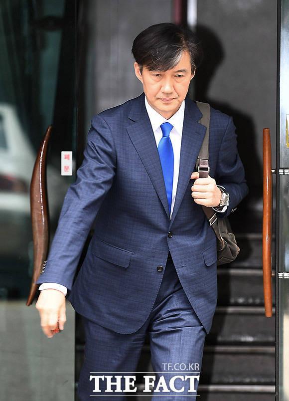 조국 신임 법무부 장관 후보자가 9일 오후 서울 서초구 자택을 나선 뒤 입장을 밝힐 예정인 기자회견장으로 이동을 하고 있다. /이동률 기자
