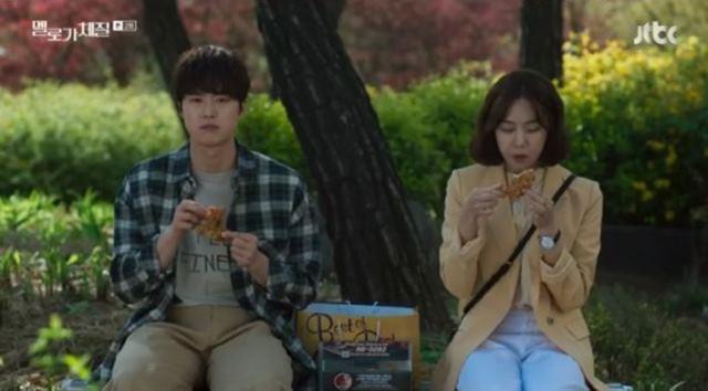 한지은(오른쪽)은 출연 중인 드라마 멜로가 체질에서 공명과 러브라인을 펼친다. /JTBC 멜로가 체질 방송 캡처
