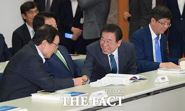 이해찬 대표와 인사하는 박원순 서울시장(오른쪽에서 두번째)