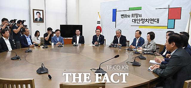 전날 탈당 선언을 했으나, 회의는 여전히 민주평화당대표실에서 하는 의원들.