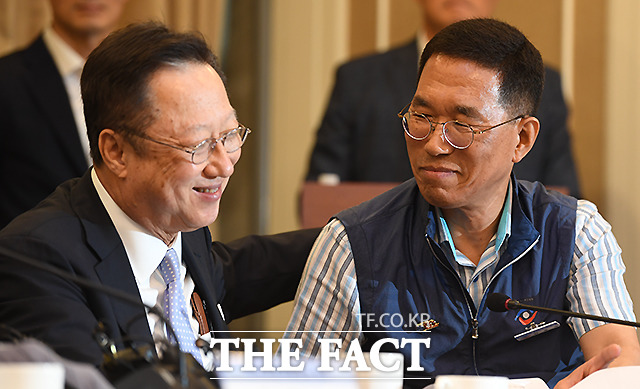나란히 자리한 박용만 대한상공회의소 회장(왼쪽)과 김주영 한국노총위원장