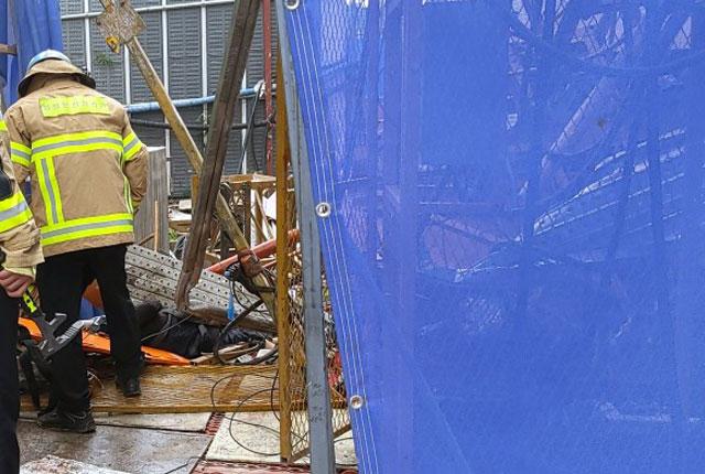 14일 오전 강원도 속초시 조양동의 스타힐스 아파트 공사현장 15층 높이에서 엘리베이터가 추락해 사상자가 발생했다. /속초소방서