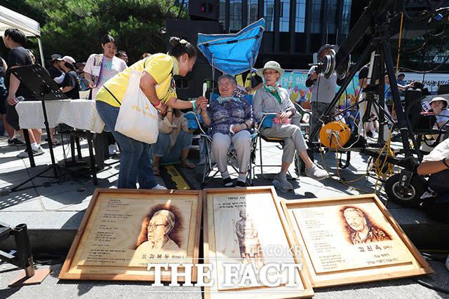 길원옥 할머니가 세월호 참사 희생자 가족과 인사하고 있다.