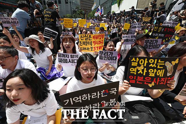 세계 일본군 위안부 기림일이자 74주년 광복절을 하루 앞둔 14일 오후 서울 종로구 옛 일본대사관 앞에서 제 1400차 일본군 위안부 문제 해결을 위한 정기 수요시위가 열린 가운데 참석한 시민들이 일본을 규탄하는 구호를 외치고 있다. /이동률 기자