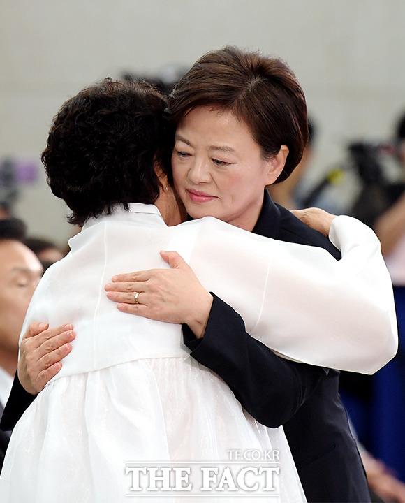 기념사 마치고 이용수 할머니와 포옹하는 진선미 장관