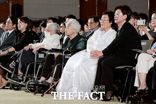 공연을 관람하는 위안부 할머니와 진선미 장관