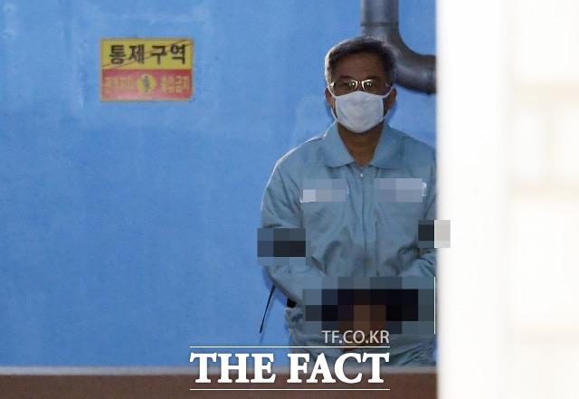 댓글 조작 혐의로 기소된 드루킹 김동원씨가 14일 항소심에서도 실형을 선고받았다. 사진은 김씨가 지난 2월 서울중앙지법에서 열린 1심 선고 공판에서 징역 3년 6개월을 선고 받은 뒤 호송차에 오르는 모습. /이새롬 기자