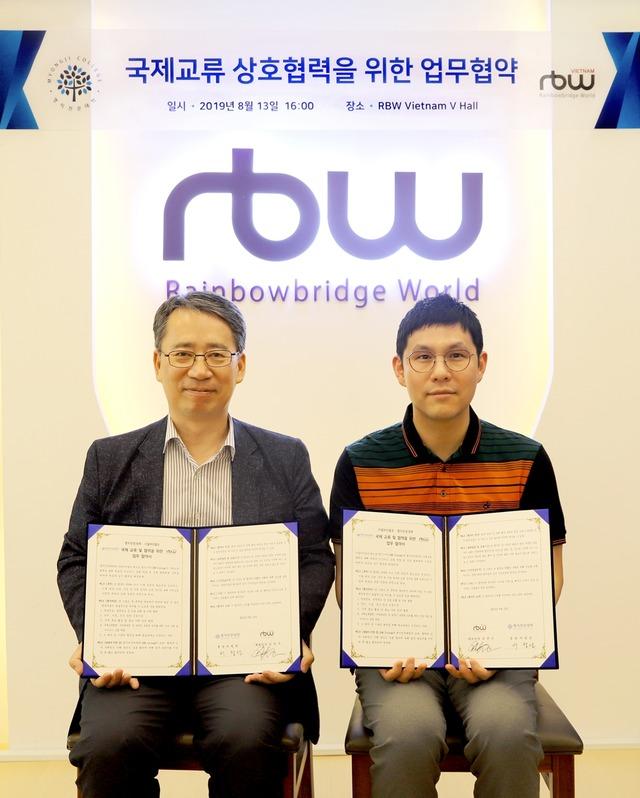 RBW와 명지전문대학은 지난 13일 오후 RBW 베트남 호찌민 신사옥에서 K콘텐츠 기반의 엔터 비즈니스 국제 교육 사업의 새로운 모델 개발을 위한 국제 교류 업무협약을 체결했다. /RBW 제공