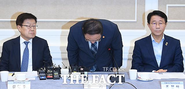 여야 5당 참여 일본수출규제대책 민·관·정 협의회 제 2차 회의에 참석해 인사하는 홍남기 경제부총리 겸 기획재정부장관(가운데)