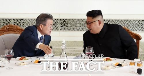 통일부는 16일 조평통 담화에 대해 평양 공동선언 합의 정신에 부합하지 않는다고 말했다. 평양에서 문재인 대통령과 김정은 북한 국무위원장이 오찬에서 이야기를 나누고 있는 모습. /평양공동사진취재단